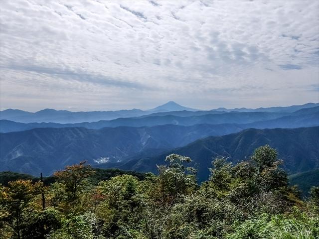 大岳山の頂上からは富士山を中心に丹沢山、秩父山塊の山並みが重なって見えた